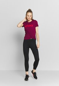 ASICS - T-shirt print - dried berry/classic red - 1