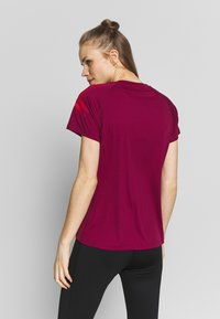 ASICS - ICON - Print T-shirt - dried berry/classic red - 2
