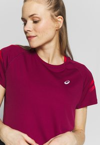 ASICS - ICON - Print T-shirt - dried berry/classic red - 4
