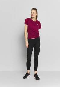 ASICS - ICON - Print T-shirt - dried berry/classic red - 1