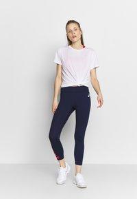 ASICS - KATAKANA - T-shirt med print - brilliant white - 1