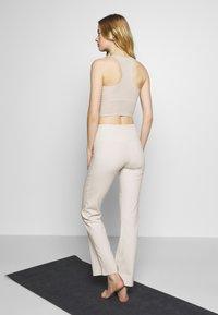 ASICS - SHIZUKA WORKOUT PANT - Pantalones deportivos - mid grey - 2