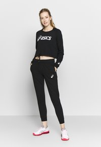 ASICS - BIG CROPPED CREW - Sweatshirt - performance black/ brilliant white - 1
