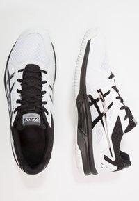 ASICS - UPCOURT 3 - Tenisové boty na všechny povrchy - white/black - 1