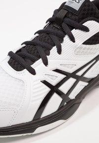 ASICS - UPCOURT 3 - Tenisové boty na všechny povrchy - white/black - 5