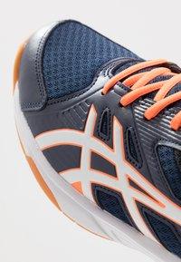 ASICS - UPCOURT 3 - Tenisové boty na všechny povrchy - peacoat/white - 5