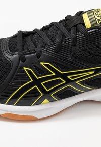 ASICS - UPCOURT 3 - Tenisové boty na všechny povrchy - black/sour yuzu - 5