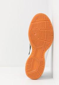 ASICS - UPCOURT 3 - Tenisové boty na všechny povrchy - black/sour yuzu - 4
