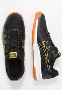 ASICS - UPCOURT 3 - Tenisové boty na všechny povrchy - black/sour yuzu - 1