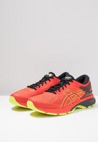 ASICS - GEL-KAYANO 25 - Stabilní běžecké boty - cherry tomato/safety yellow - 2