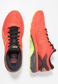 ASICS - GEL-KAYANO 25 - Stabilní běžecké boty - cherry tomato/safety yellow - 1