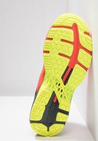 ASICS - GEL-KAYANO 25 - Stabilní běžecké boty - cherry tomato/safety yellow - 4