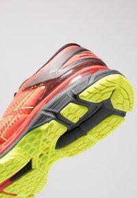 ASICS - GEL-KAYANO 25 - Stabilní běžecké boty - cherry tomato/safety yellow - 5