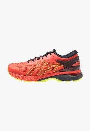 GEL-KAYANO 25 - Stabilní běžecké boty - cherry tomato/safety yellow