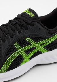 ASICS - JOLT 2 - Zapatillas de running neutras - black/green gecko - 5