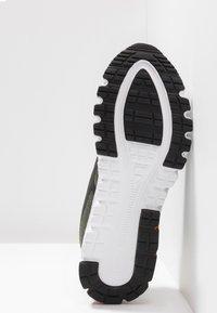 ASICS - GEL-QUANTUM 90 - Neutral running shoes - olive/black - 4