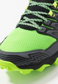ASICS - GEL-FUJITRABUCO 7 - Běžecké boty do terénu - green gecko/black - 5