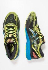 ASICS - GEL NIMBUS 21 SP - Zapatillas de running neutras - black/safety yellow - 1