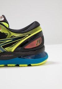 ASICS - GEL NIMBUS 21 SP - Zapatillas de running neutras - black/safety yellow - 5