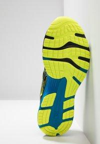 ASICS - GEL NIMBUS 21 SP - Zapatillas de running neutras - black/safety yellow - 4