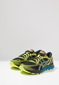 ASICS - GEL NIMBUS 21 SP - Zapatillas de running neutras - black/safety yellow - 2