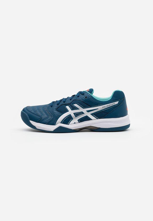 GEL-DEDICATE 6 INDOOR - Nurmikentän kengät - mako blue/white