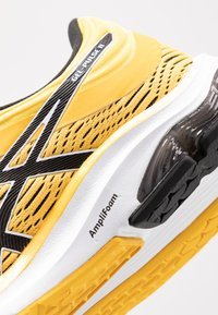 ASICS - GEL-PULSE 11 - Chaussures de running neutres - saffron/black - 5
