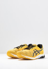 ASICS - GEL-PULSE 11 - Chaussures de running neutres - saffron/black - 2