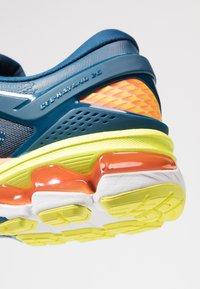 ASICS - GEL-KAYANO 26 - Stabilní běžecké boty - mako blue/sour yuzu - 5