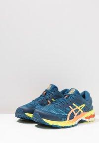 ASICS - GEL-KAYANO 26 - Stabilní běžecké boty - mako blue/sour yuzu - 2