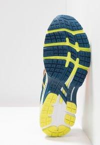 ASICS - GEL-KAYANO 26 - Stabilní běžecké boty - mako blue/sour yuzu - 4