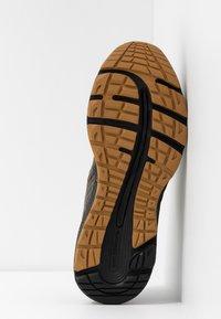 ASICS - GEL-CUMULUS 21 WINTERIZED - Neutrální běžecké boty - olive/black - 4