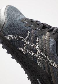 ASICS - ALPINE XT 2 - Chaussures de running - carrier grey/silver - 5