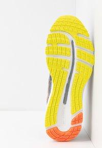 ASICS - GEL-CUMULUS 21 - Zapatillas de running neutras - sheet rock/mako blue - 4