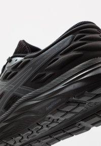 ASICS - GEL-EXCITE 7 TWIST - Obuwie do biegania treningowe - black - 5