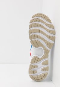 ASICS - GEL-NIMBUS 22 RETRO TOKYO - Zapatillas de running neutras - white/electric blue - 4