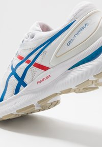 ASICS - GEL-NIMBUS 22 RETRO TOKYO - Zapatillas de running neutras - white/electric blue - 5