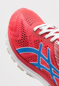 ASICS - GT-2000 8 RETRO TOKYO - Stabilty running shoes - classic red/electric blue - 5