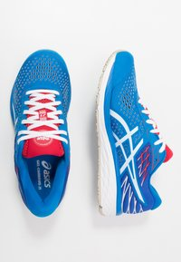 ASICS - GEL-CUMULUS 21 RETRO TOKYO - Zapatillas de running neutras - electric blue/white - 1