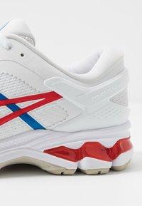 ASICS - GEL-KAYANO 26 - RETRO TOKYO - Stabilní běžecké boty - white/classic red - 5
