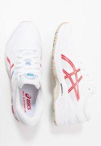 ASICS - GEL-KAYANO 26 - RETRO TOKYO - Stabilní běžecké boty - white/classic red - 1