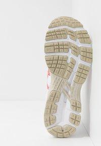 ASICS - GEL-KAYANO 26 - RETRO TOKYO - Stabilní běžecké boty - white/classic red - 4