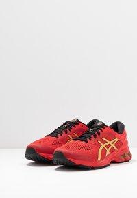 ASICS - GEL-KAYANO 26 - LUCKY - Stabilní běžecké boty - classic red/pure gold - 2
