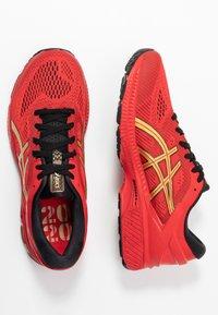 ASICS - GEL-KAYANO 26 - LUCKY - Stabilní běžecké boty - classic red/pure gold - 1