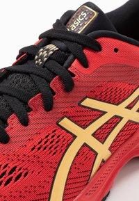 ASICS - GEL-KAYANO 26 - LUCKY - Stabilní běžecké boty - classic red/pure gold - 5