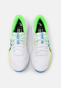 ASICS - GEL-EXCITE 7 - Zapatillas de running neutras - white/safety yellow - 3