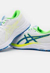 ASICS - GEL-EXCITE 7 - Zapatillas de running neutras - white/safety yellow - 5