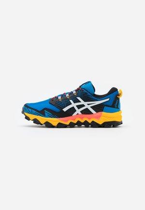 GEL FUJITRABUCO 8 - Scarpe da trail running - directoire blue/white
