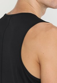 ASICS - SINGLET - Linne - performance black - 3