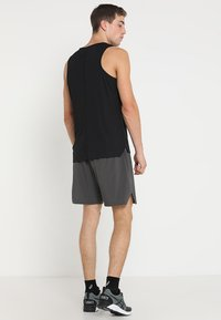 ASICS - SINGLET - Linne - performance black - 2